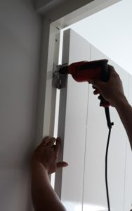 Pemasangan Engsel Pintu WPC